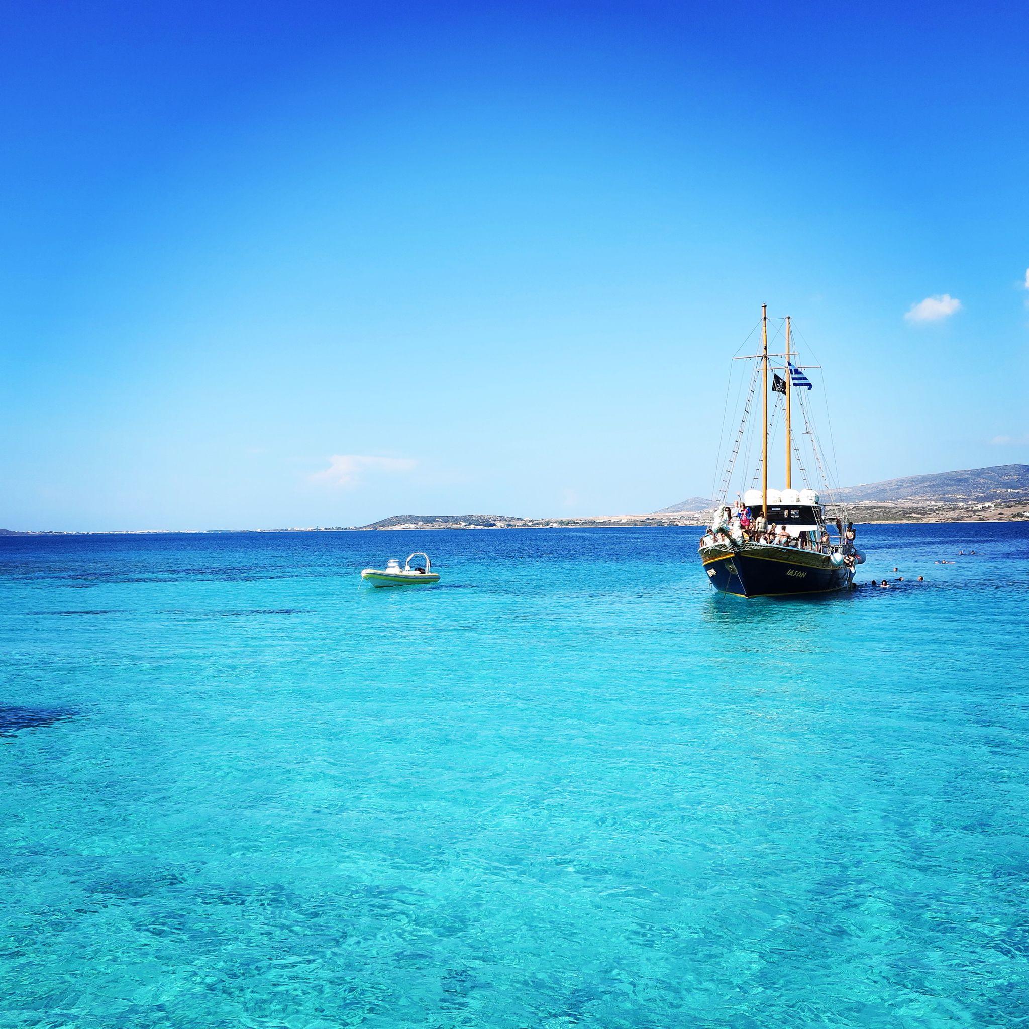 bateau sur eau turquoise