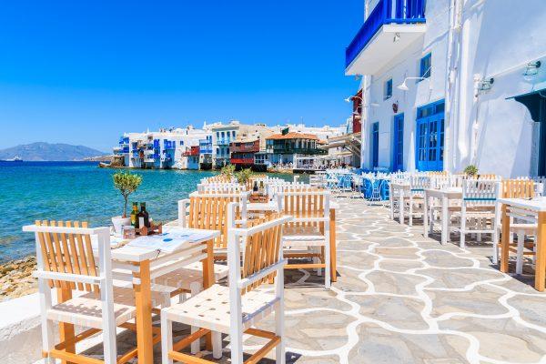 chaises et tables dans un restaurant grecque typique à Mykonos