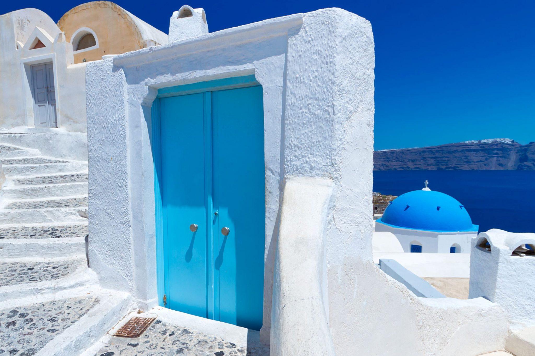 une porte blanche et bleue à Santorin en Grèce