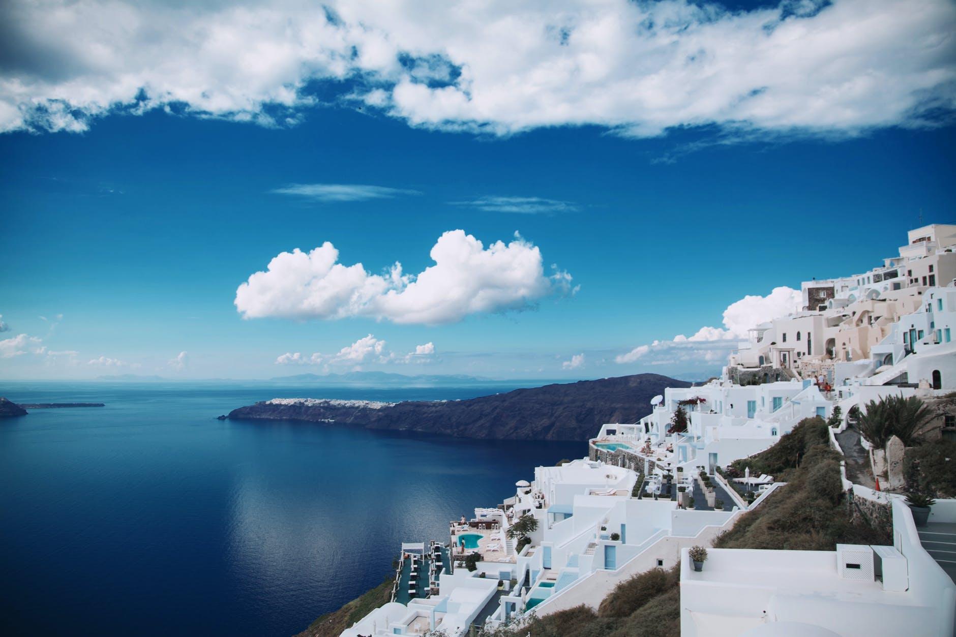 île de santorin en grèce, bâtisses blanches