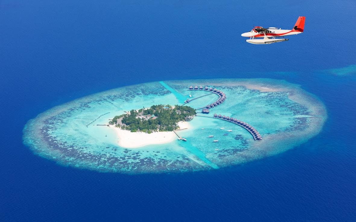 hydravion au dessus des îles Maldiviennes