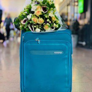 Un bouquet de fleurs à l'arrivée de l'aéroport