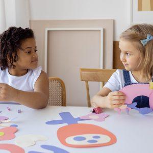 deux enfants qui font des activités manuelles