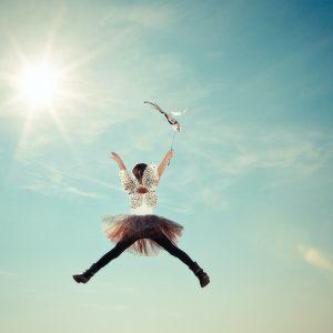 un enfant dans les airs déguisés en fée