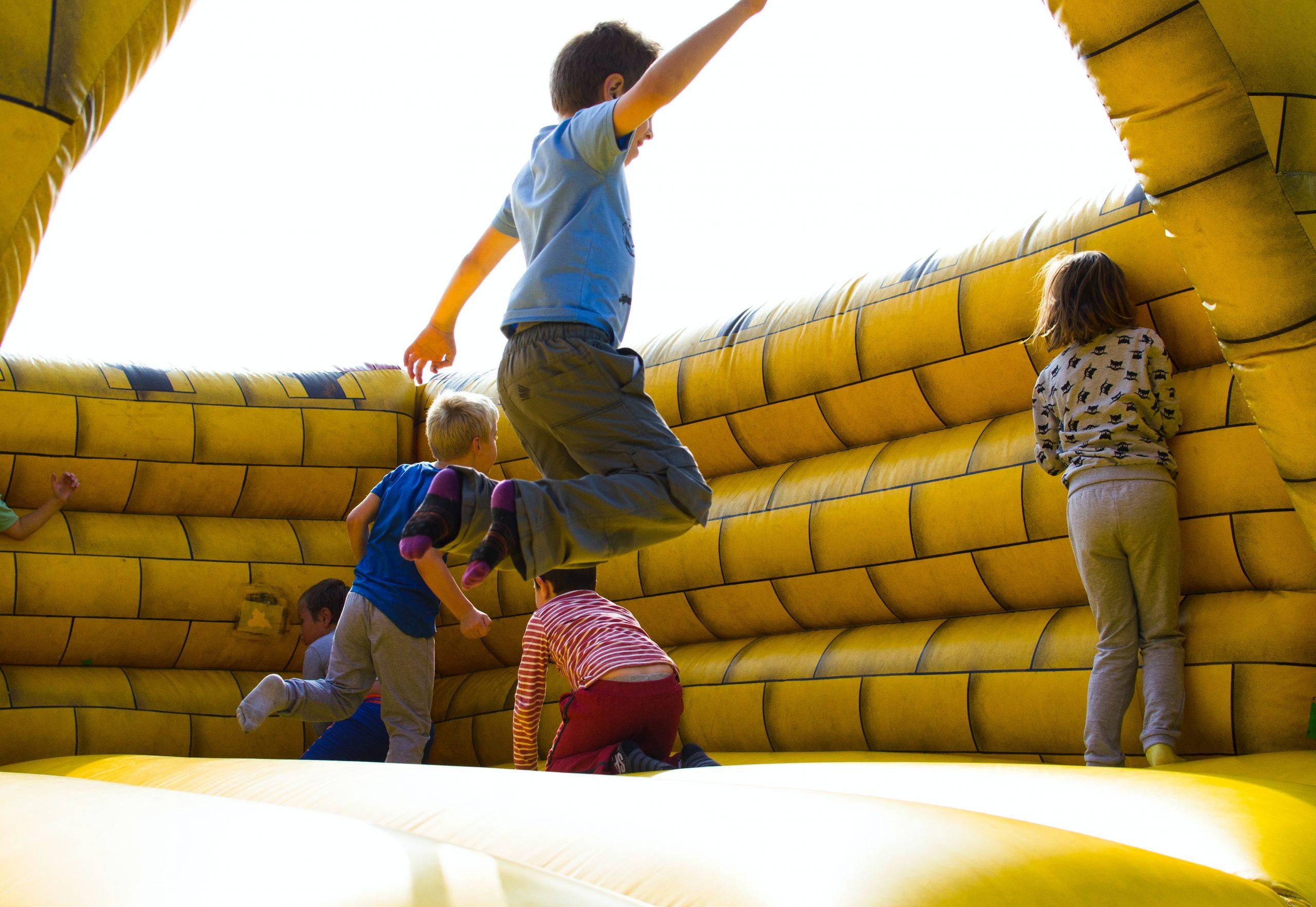 des enfants qui jouent dans un château gonflable