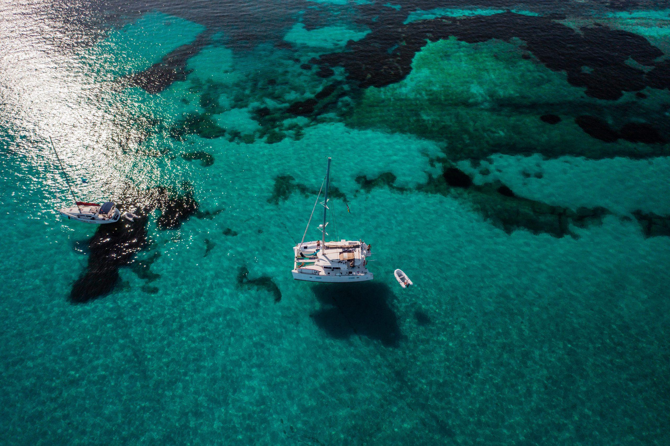bateau dans l'eau cristalline des seychelles