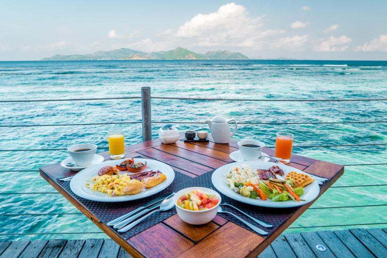 repas face à l'eau turquoise Seychelles