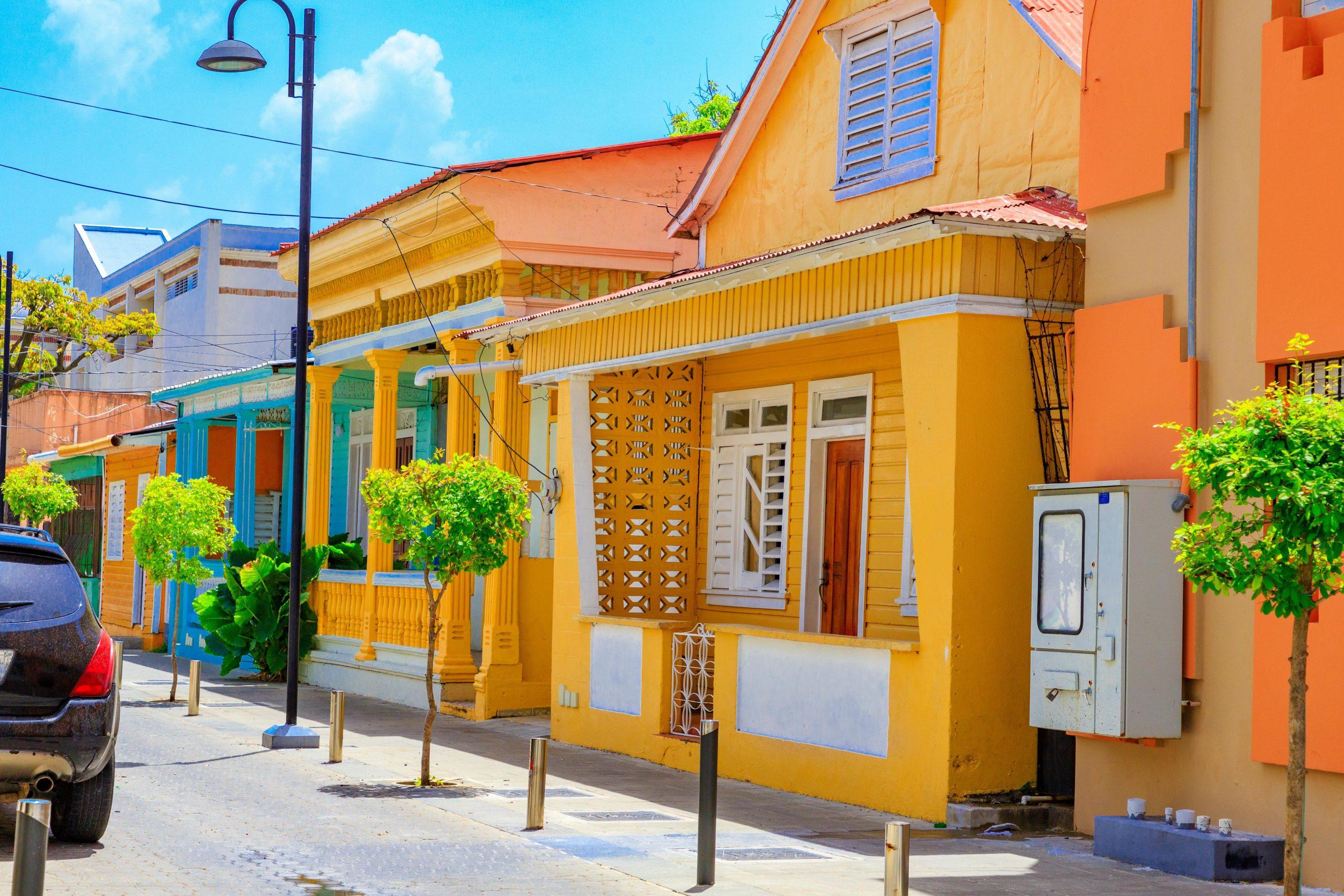 maison typiques colorées en république dominicaine