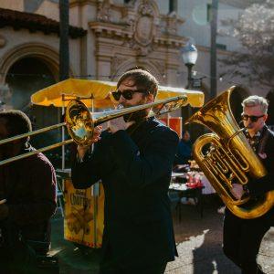 un cortège de musiciens dans la ville
