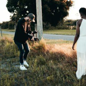 vidéaste qui filme une mariée