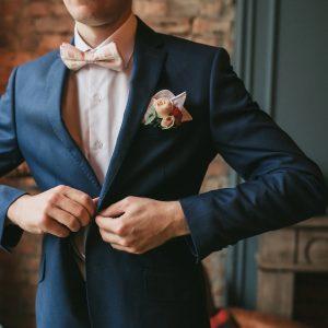 costume mariage classique bleu marine avec boutonnière fleur