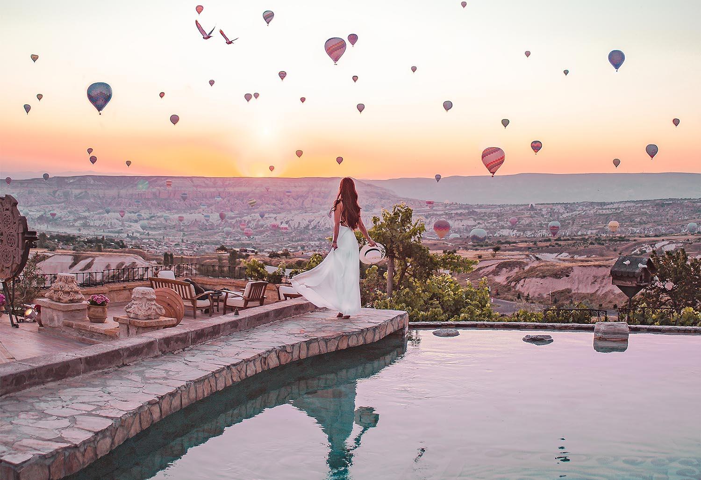 femme devant une vue de montgolfière