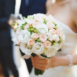 une mariée tient son bouquet