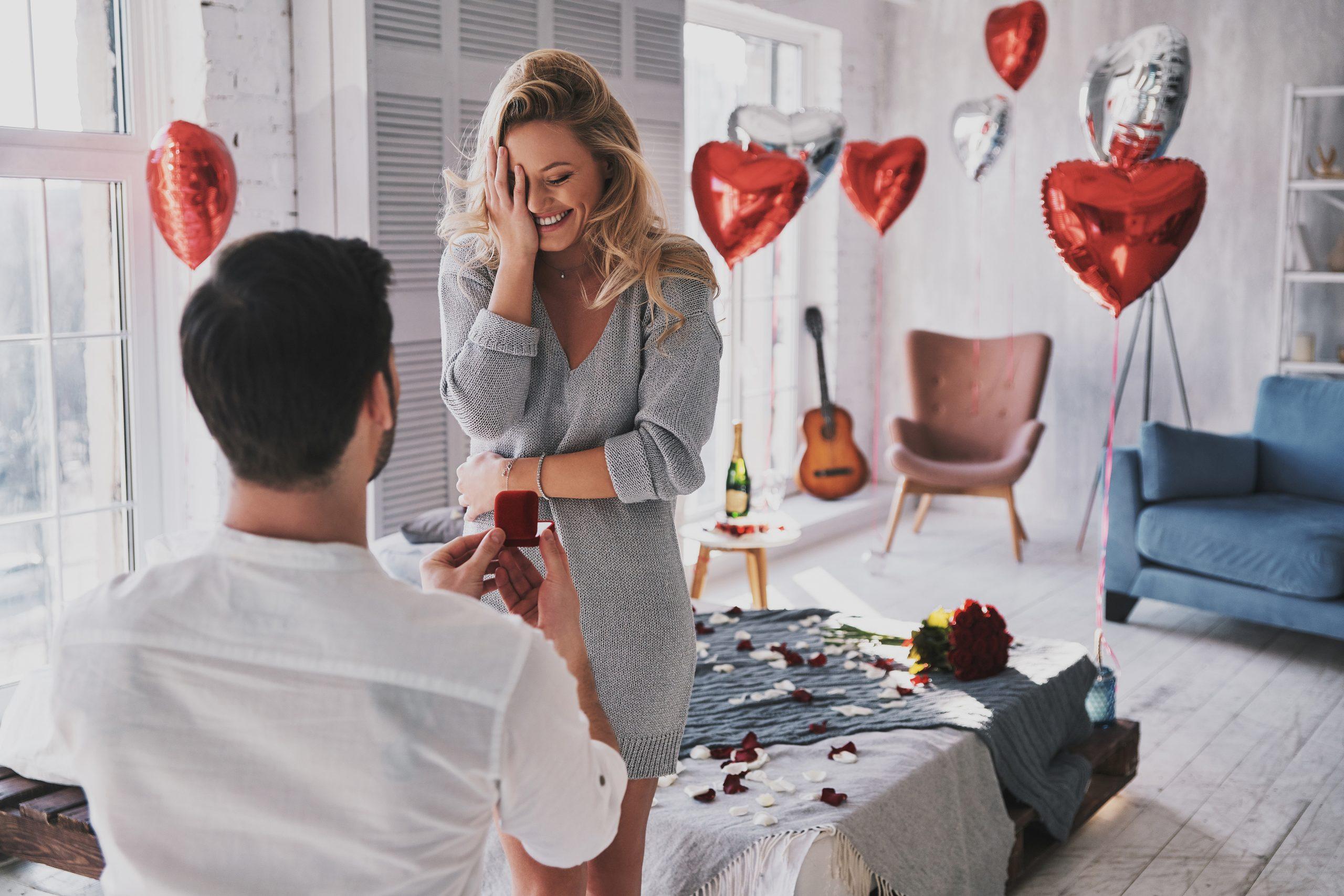 Demande en mariage romantique dans une chambre d'hôtel