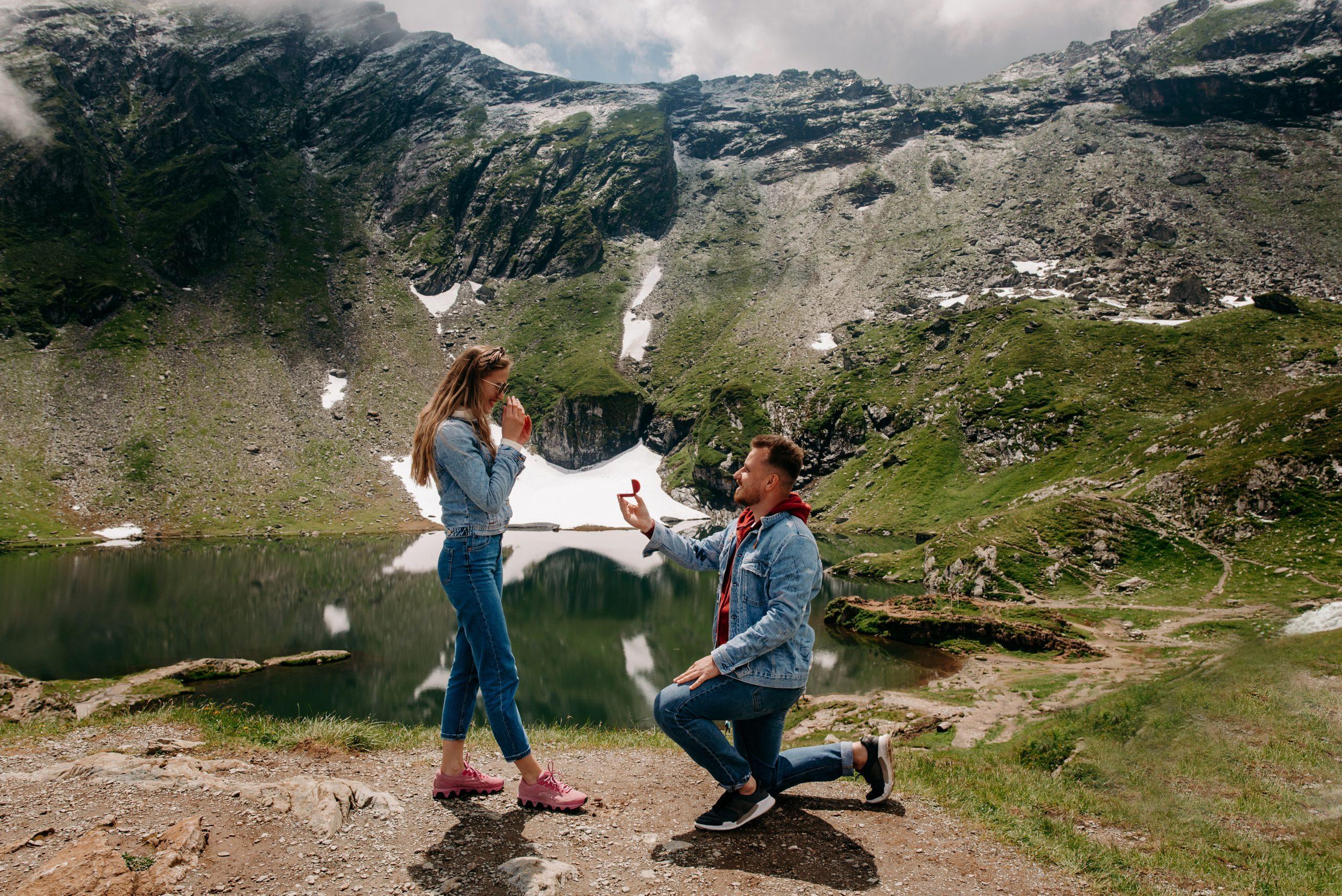 Demande en mariage dans les montagnes au bout du monde