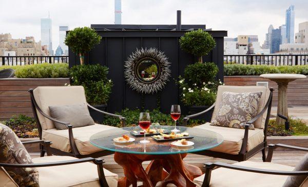 cocktails sur le rooftop de l'hôtel the surrey à new york